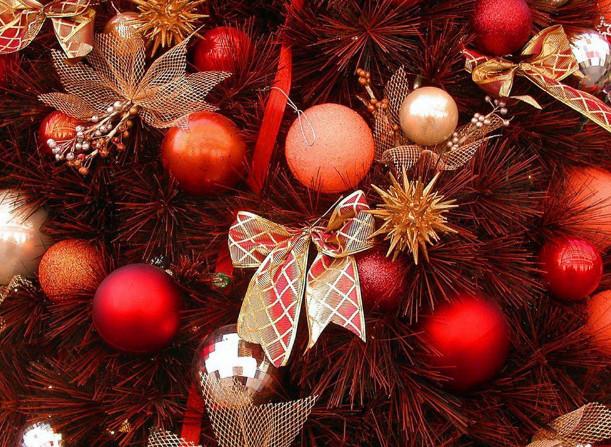 красивое новогоднее оформление шарами