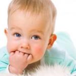 У малыша режутся зубки: что делать?