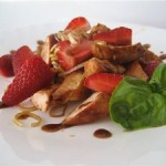 Оригинальный куриный салат с клубникой