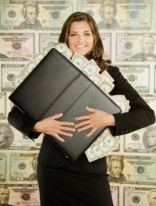 девушка зарабатывает больше