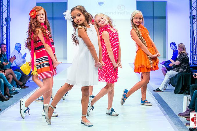 В настоящее время полки магазинов ломятся от обилия самой разной детской одежды. Самые элитные дома высокой моды трудятся над коллекциями для детей наравне
