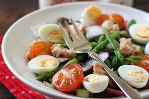 делаем салат с тунцом